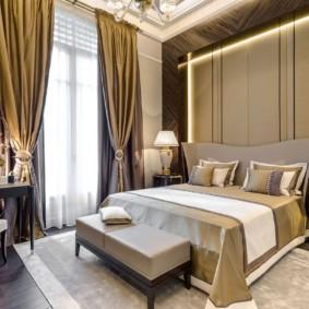 Золотистые занавески в спальной комнате