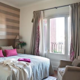 Небольшая спальня с дверью на балкон