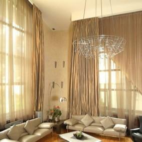Два дивана в гостиной с высоким потолком