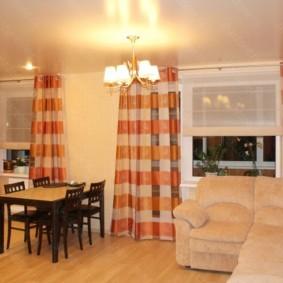 Полосатые занавески на окнах кухни гостиной