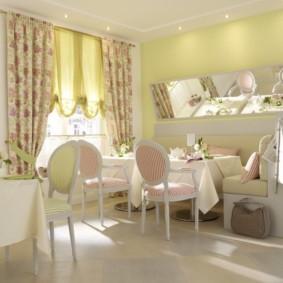 Полосатая обивка кухонных стульев