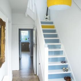 Небольшой коридор с деревянной лестницей
