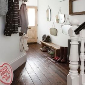 Белая балясина деревянной лестницы