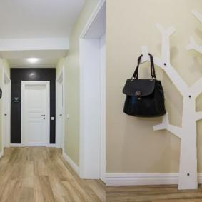 Черная сумка на белой вешалке в виде дерева