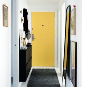 Желтая дверь в конце узкого коридора
