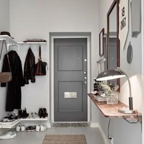 Серая дверь в интерьере коридора