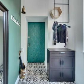 Керамическая плитка с узорами на полу коридора