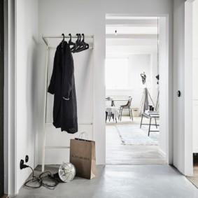 Черная куртка на вешалке в коридоре