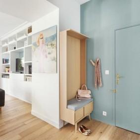 Голубая стена с входной дверью