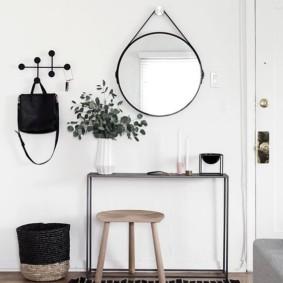 Круглое зеркало на веревочной подвеске