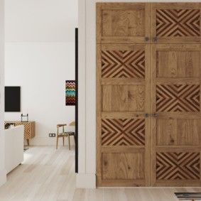 Деревянные дверцы шкафа в прихожей