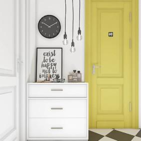 Часы на стене коридора в частном доме
