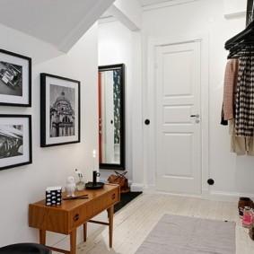 Фотографии в рамках на стене коридора в квартире