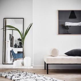 Прямоугольное зеркало на белой стене