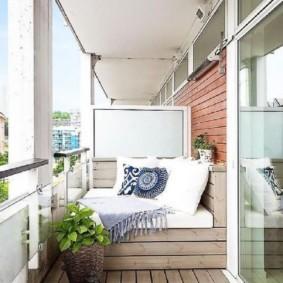 Деревянный пол на открытом балконе