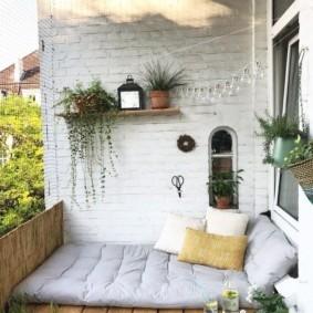 Спальное ложе на просторном балконе