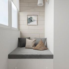 Серый матрас на белом подиуме