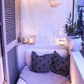 Романтическое освещение уютного балкона