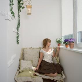 Хозяйка квартиры на кушетке в лоджии