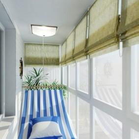 Полосатый гамак на узком балконе