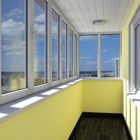 Светлые стены утепленного балкона