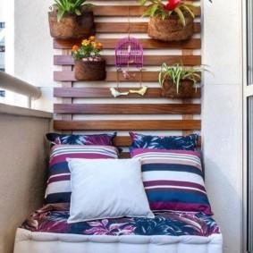 Кашпо с цветами на деревянных рейках