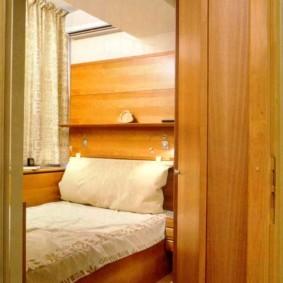 Открытая дверь в спальню на лоджии