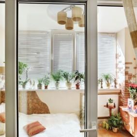 Балконная дверь из белого пластика