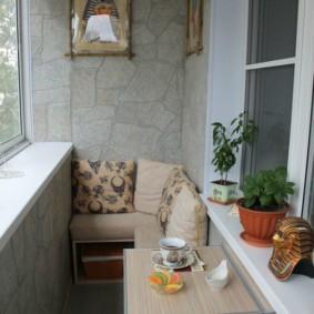 Отделка стен балкона природным камнем