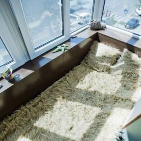 Меховое покрывало на полу балкона
