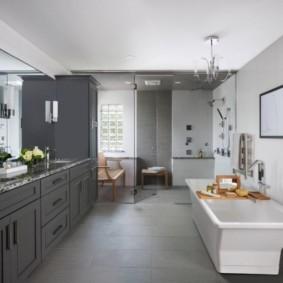 Просторная ванная в серых тонах
