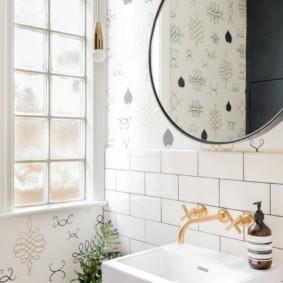 Круглое зеркало над умывальником в ванной