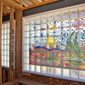 Красивое панно из стеклянных блоков
