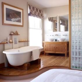 Белая ванна на деревянном подиуме