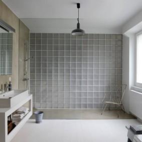 Интерьер большой ванной с окном в стене