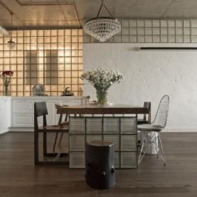 Обеденный стол из стеклянных блоков