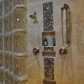Полочки-ниши в стене ванной