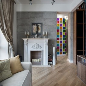 Камин в интерьере гостиной квартиры