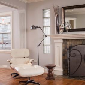 Удобное кресло перед камином в гостиной