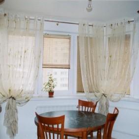 Легкие занавески на люверсах в эркере квартиры