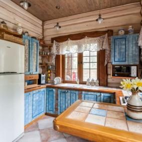 Короткие занавески на кухне в деревянном доме