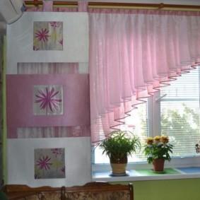 Розовый тюль на кухонном окне