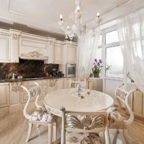Классическая кухня с белыми занавесками