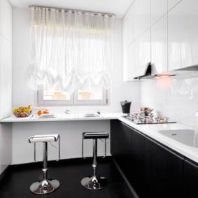 Короткие шторки в современной кухне