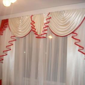 Красная окантовка на кухонных шторах