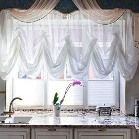 Шторы с драпировкой над кухонной мойкой