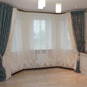 Классические портьеры с подхватами на больших окнах