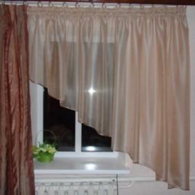 Бежевая шторка под углом на окне кухни