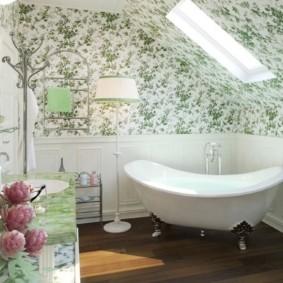 Светлая ванная в мансардной комнате