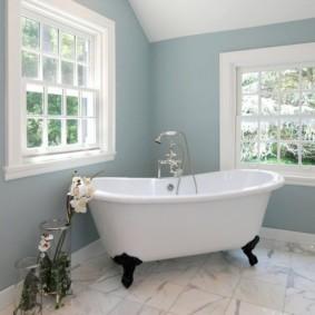 Интерьер ванной с окнами в частном доме